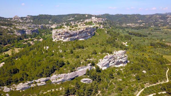 Réalisation film documentaire par OrnyCam Production Avignon - A l'image, le rocher des Baux de Provence - Vue aérienne Drone